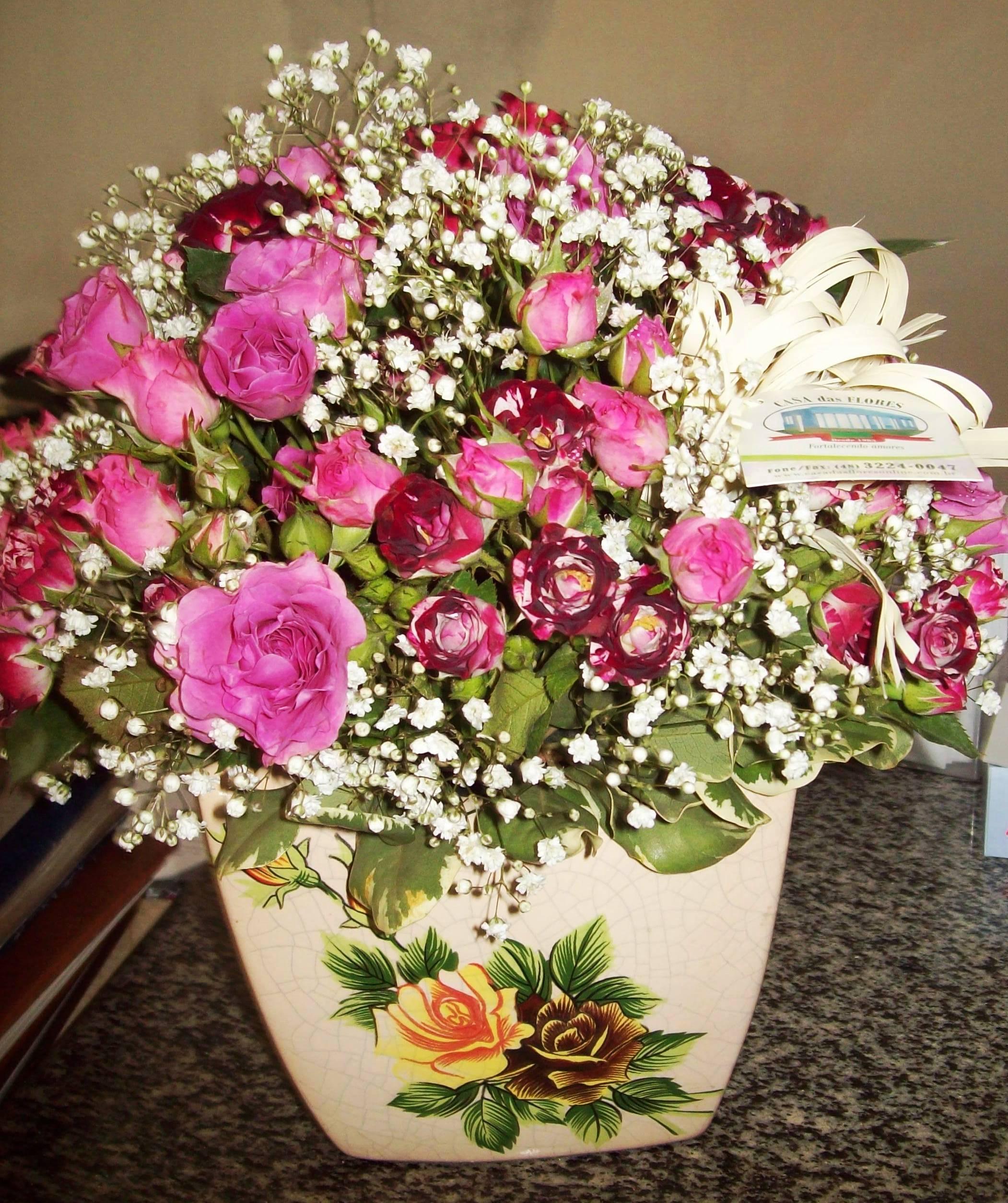 ARRANJO  de mini rosas em cachepot de porcelana